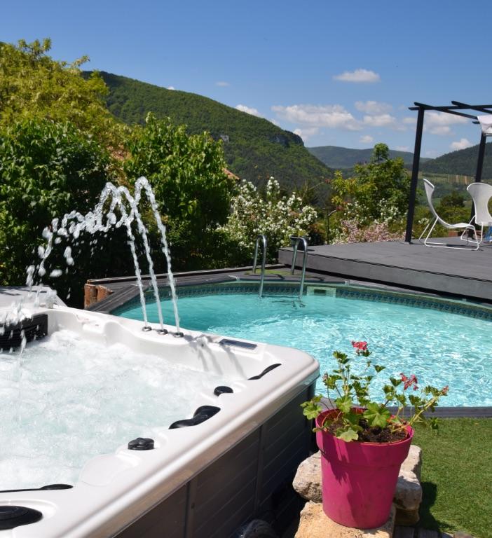 piscine jacuzzi soleilo chambre hote mostuejouls